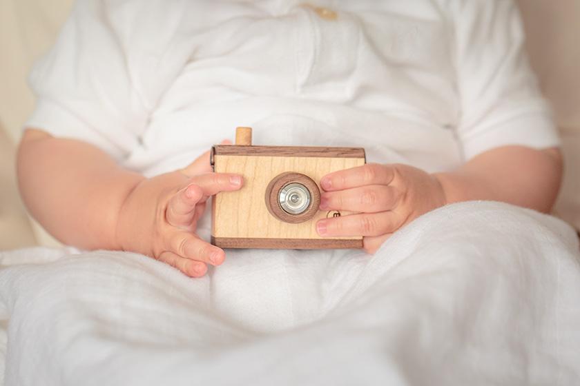 カメラをもつ赤ちゃん