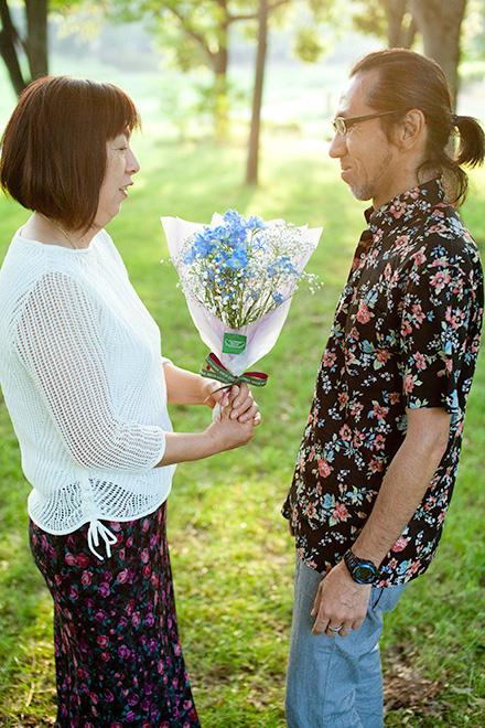 花束をみつめる二人