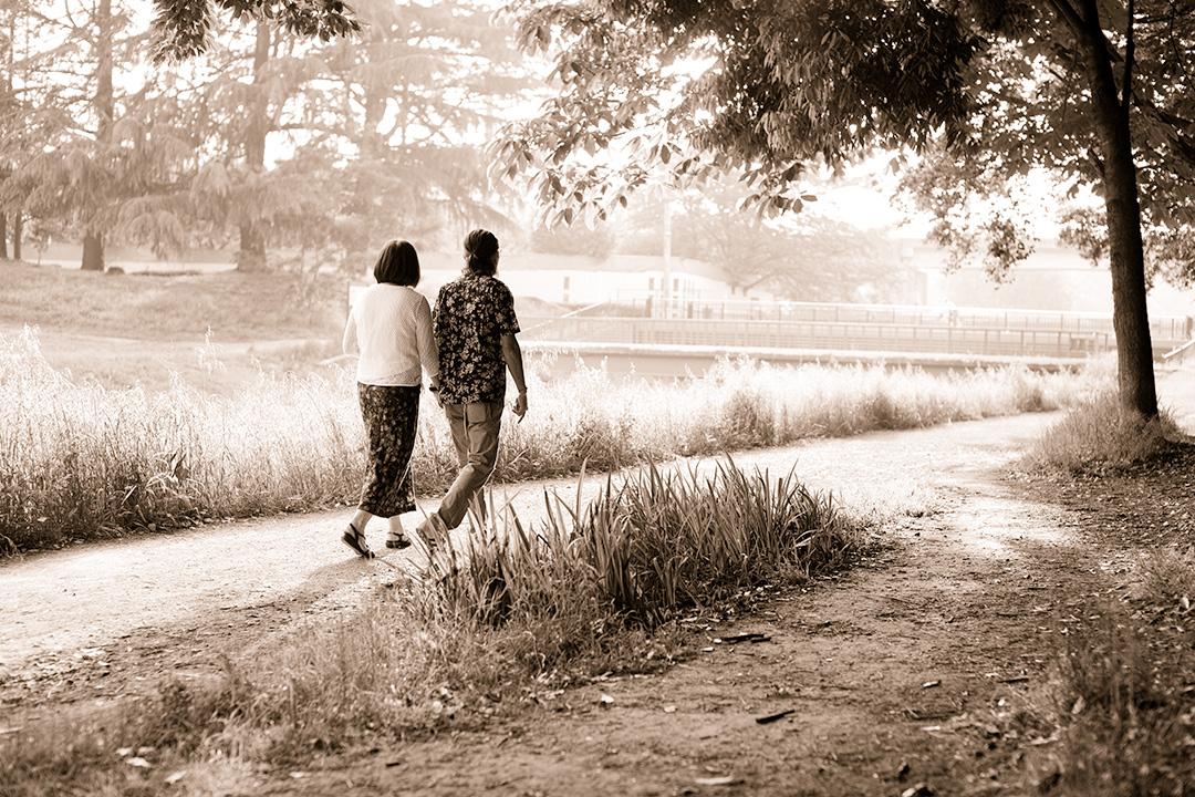 足並みも揃って陽だまりを歩く二人