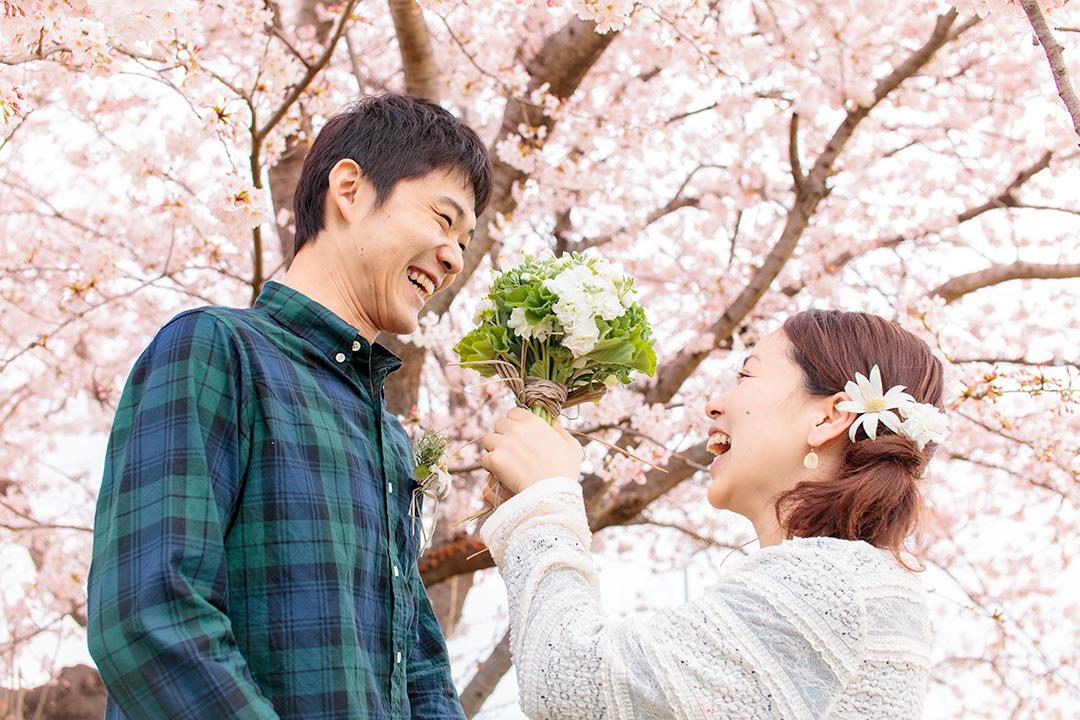 桜の下で笑い合う主役のご夫婦