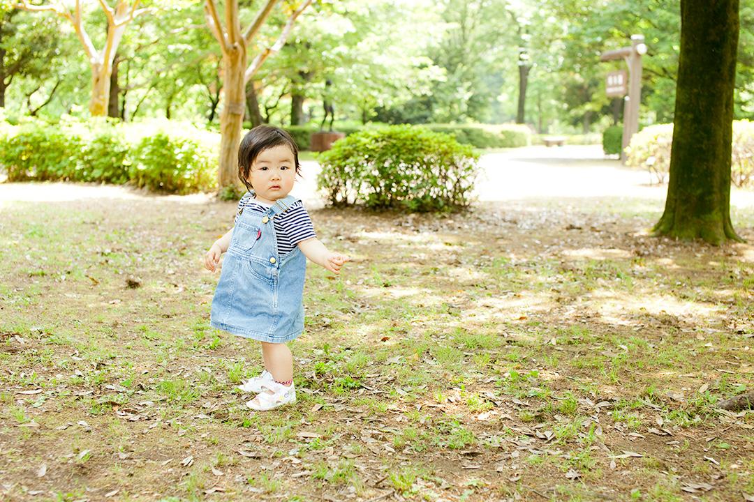 主役の女の子。公園をよちよち歩きます