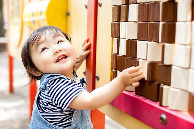 遊具を発見。これすごいねーと女の子