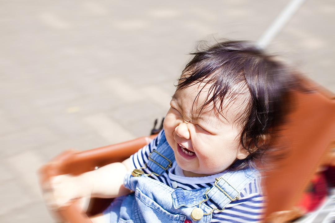 疾走するベビーカーに大喜びの女の子