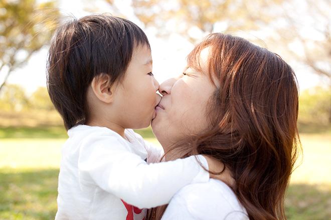 お母さんにぶちゅっとキスする男の子
