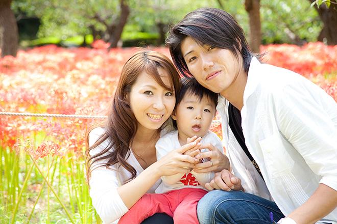 赤いお花の前で家族写真2