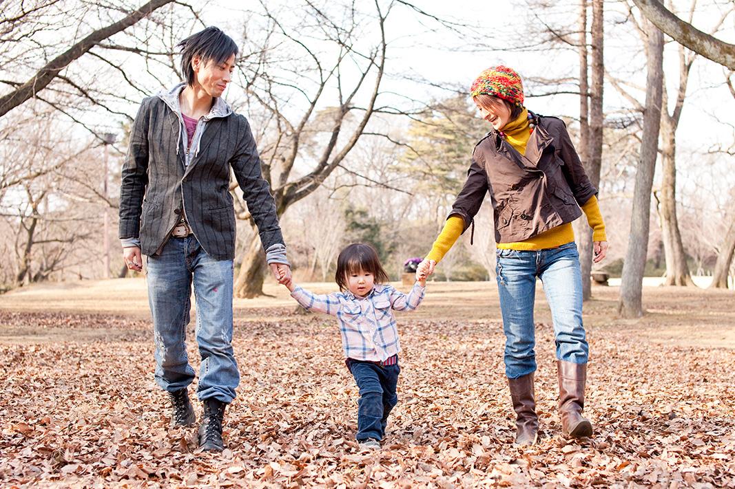 主役のご家族。3人仲良く手をつないでお散歩です。
