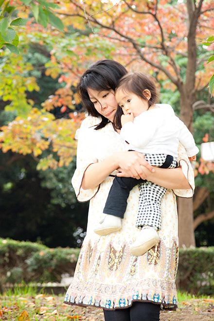 お母さんと抱っこでお散歩中の女の子