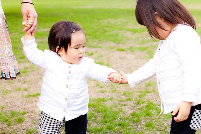 優しくてを差し伸べるお姉ちゃん。安心だね。