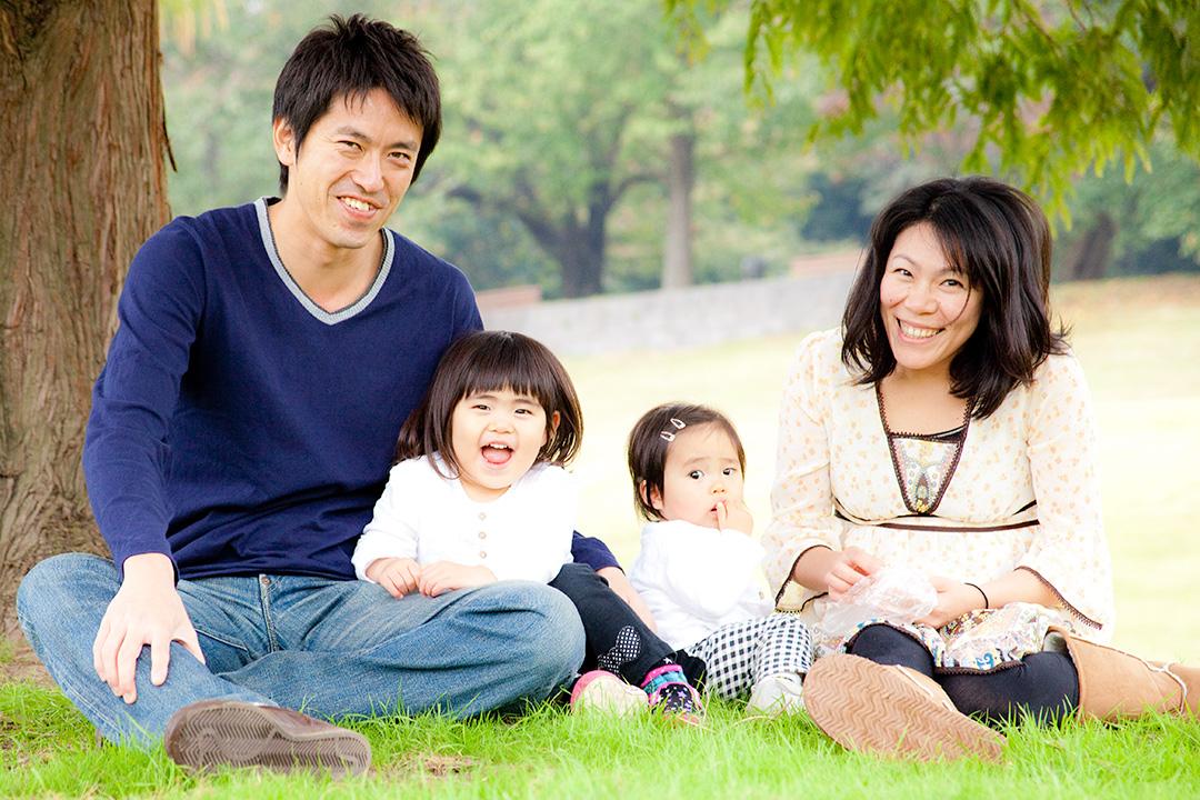 木陰でみんな揃って家族写真