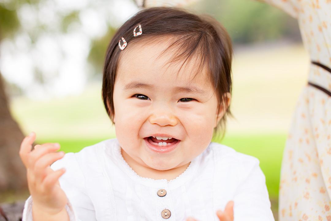 女の子の自然でかわいい笑顔