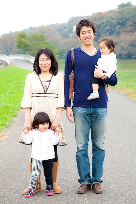 家族で正面を向いて記念撮影