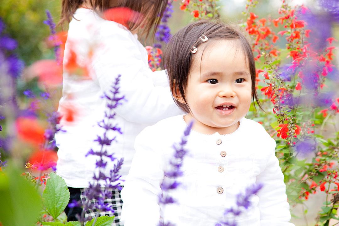 お花に囲まれた女の子