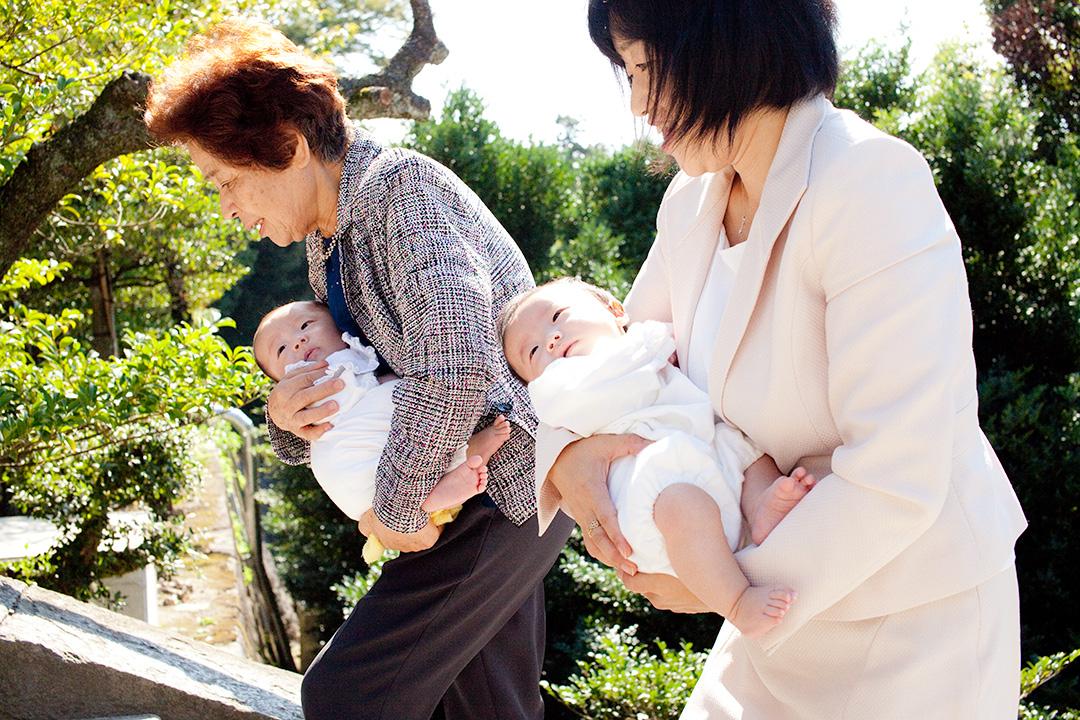 双子ちゃんはそれぞれお母さんとお祖母さまに抱えられ階段を登ります