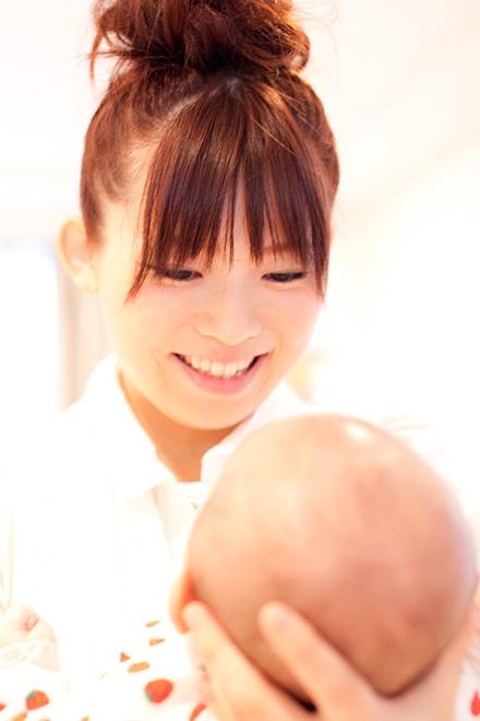 女の子に微笑むお母さん