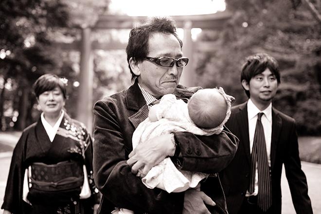 ご祖父さまが大事そうに女の子を抱っこ