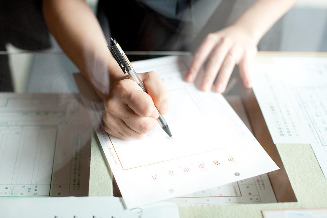 ご祈祷のお申込み書を書いている手元