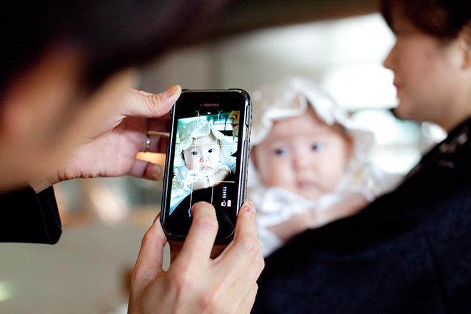 お父様がスマートフォンで女の子を撮影