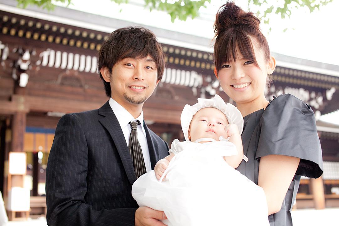 境内で3人で家族写真