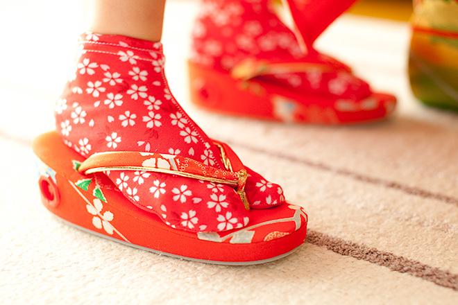 リビングで赤い草履をはく練習中