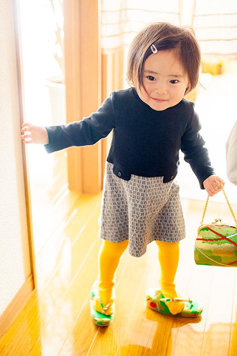 緑の草履とバッグをもって自分の番の練習中の妹さん