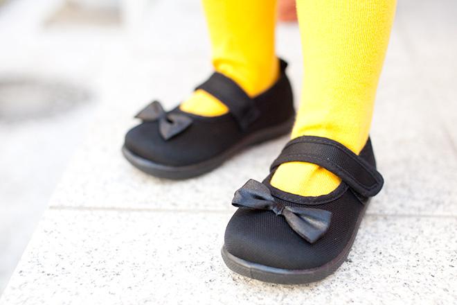 妹さんの本当の靴は黒いリボンがついています
