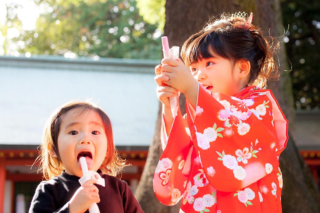 千歳飴を開ける女の子と先に食べてる妹さん