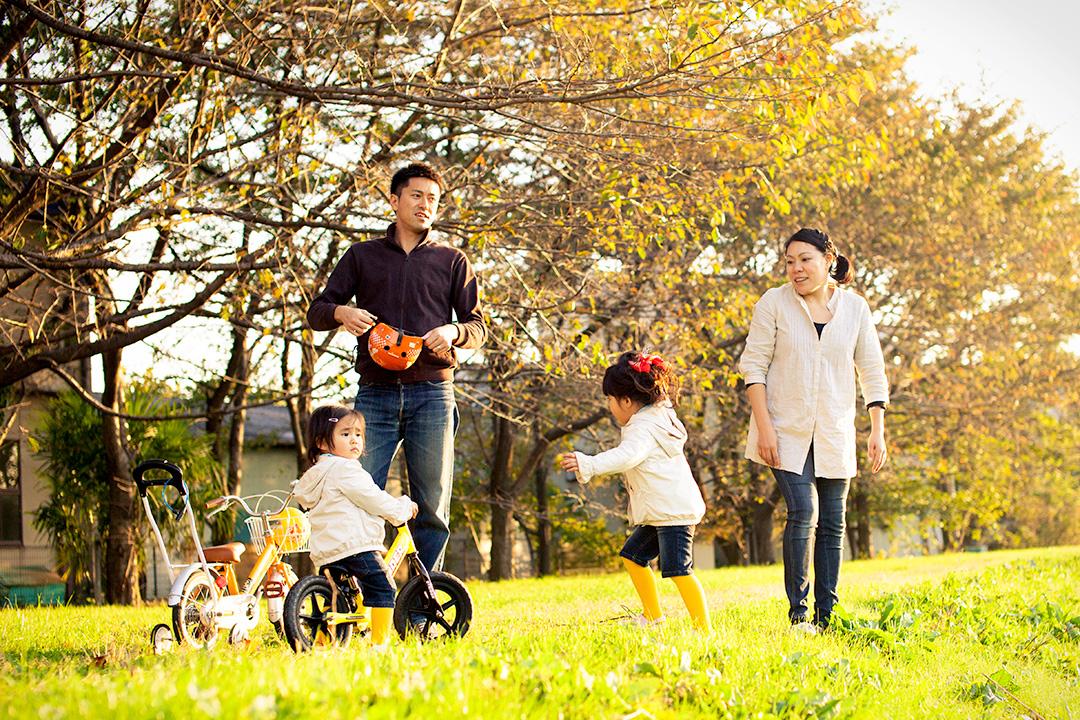 いつもの遊び場で自然体の家族写真