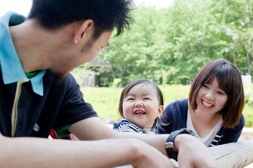 家族みんなが笑う写真