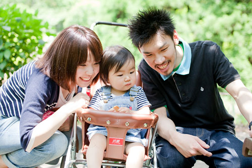 楽しそうに見つめる家族