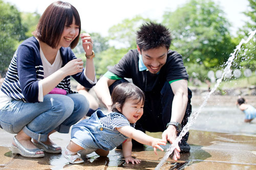 噴水に触れようとする子供