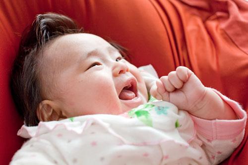 赤ちゃんの自然な笑顔