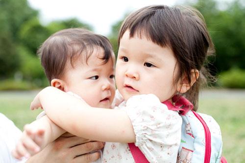 妹さんを抱きしめるお姉ちゃん