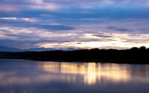 穏やかな多摩湖と夕日