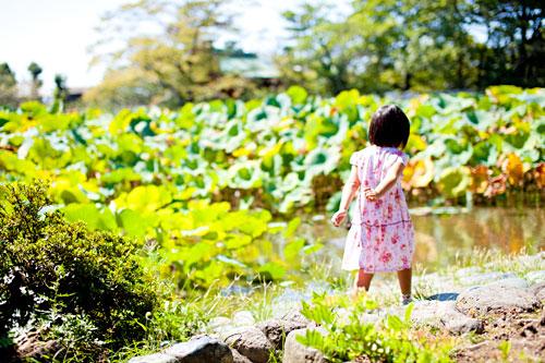池で遊ぶお姉さん