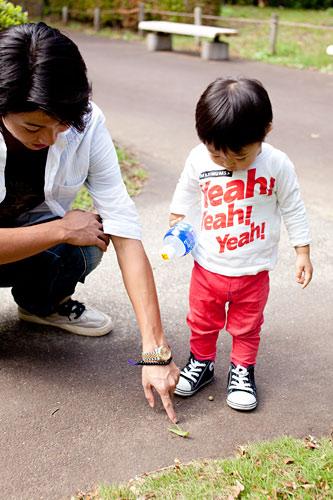 バッタを見つけた男の子とお父さん