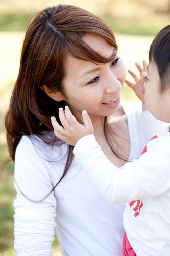 お歌を歌うお母さんと男の子