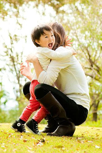 お母さんに抱きつく男の子