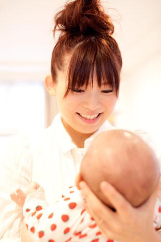 赤ちゃんを抱っこするお母さま