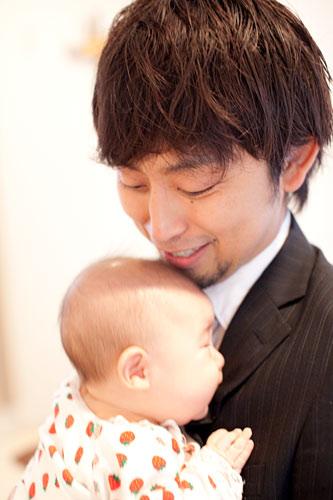 赤ちゃんを抱っこするお父さま