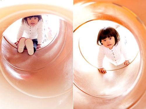 トンネルすべり台で遊ぶお姉ちゃん