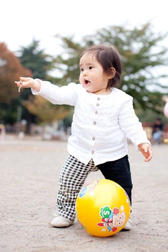 ボール遊びをする妹さん
