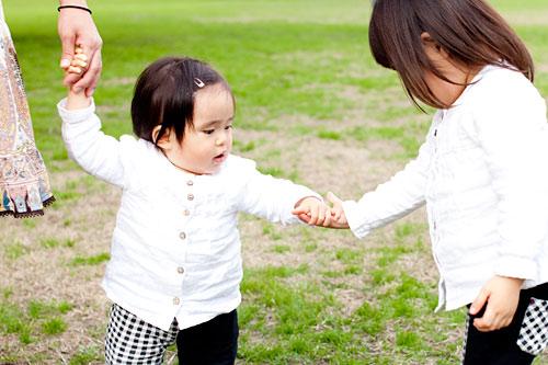 妹の手をとるお姉ちゃん