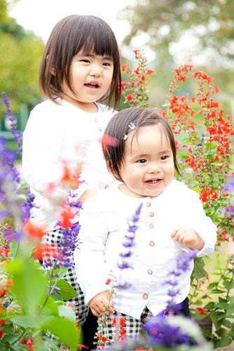 姉妹で花に囲まれて