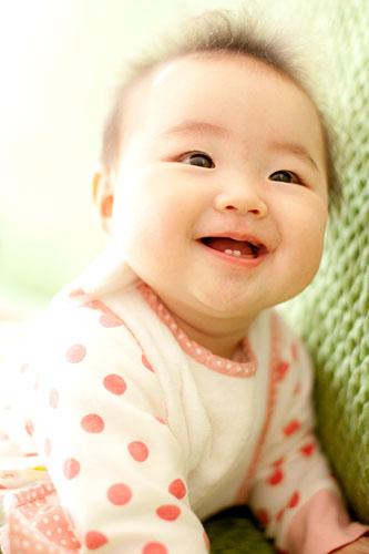 ソファの上でニコニコ笑顔の女の子
