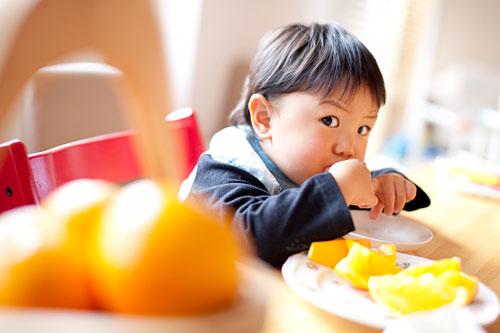 オレンジを沢山食べる男の子