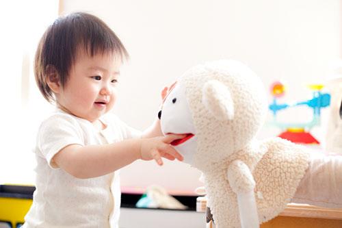 お人形と遊ぶ女の子