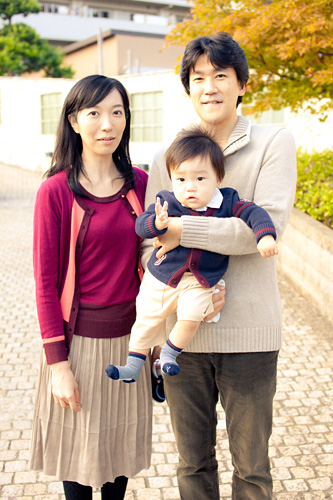 エントランスでの家族写真