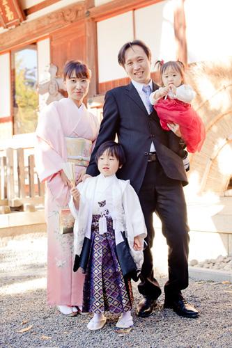 本殿の横でご家族の記念写真