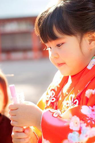 千歳飴を食べようとする女の子