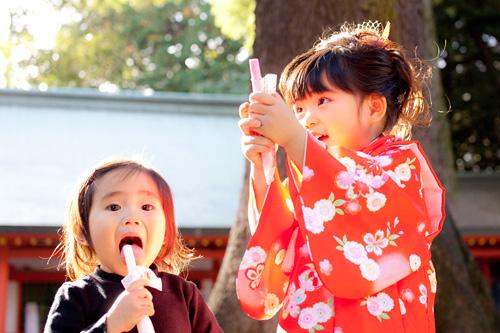 千歳飴を食べる姉妹